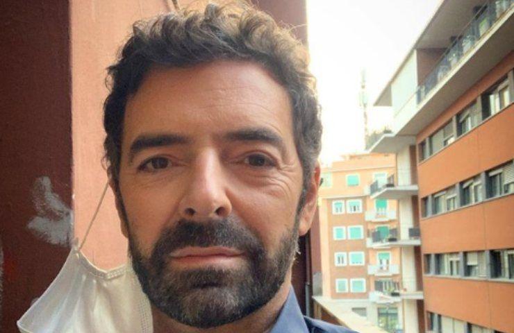 Alberto Matano visibilmente scosso: in diretta si lascia andare
