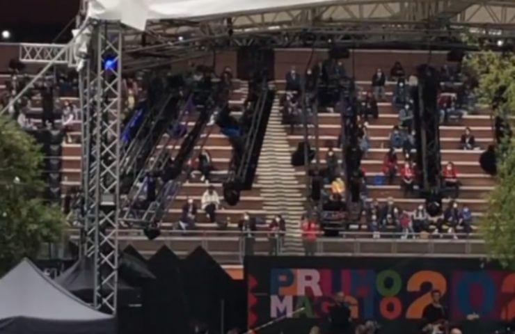 """Concertone Primo Maggio, artista in topless sul palco, """"Libertà..."""": pubblico in visibilio"""