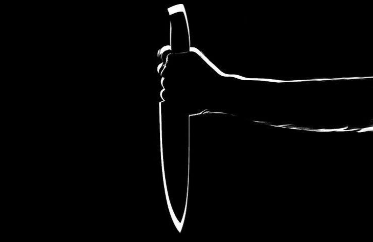 Tragedia in casa, donna trovata morta e con ferite da coltello: al vaglio le indagini