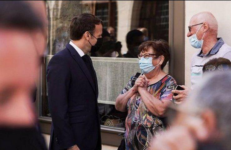 Macron, il presidente francese aggredito davanti a tutti: schiaffeggiato e ripreso - VIDEO