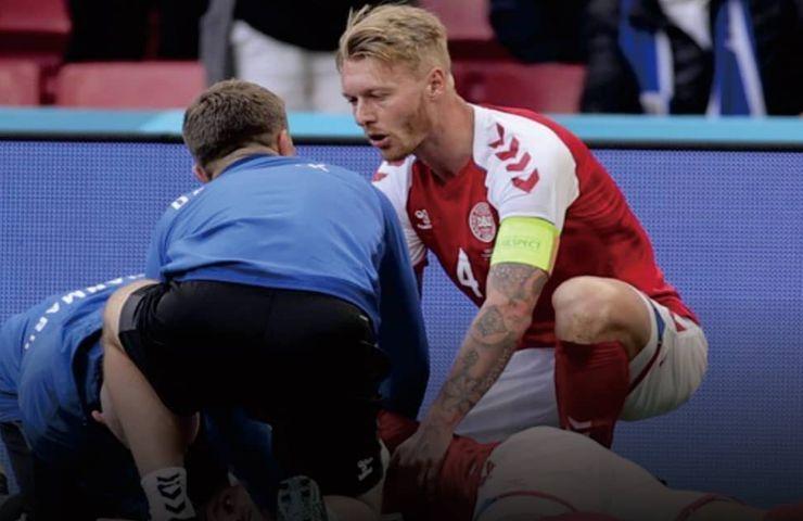 Kjaer soccorre Christian Eriksen in campo