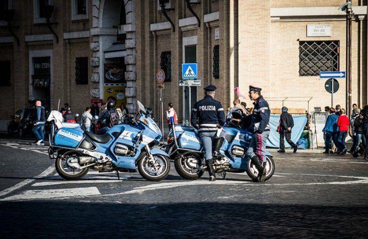 polizia guarda