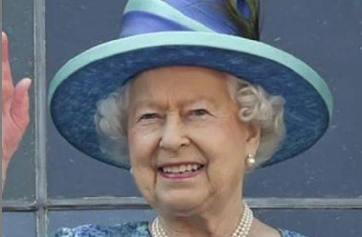 regina elisabetta sorride