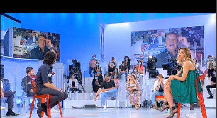 uomini e donne seduti